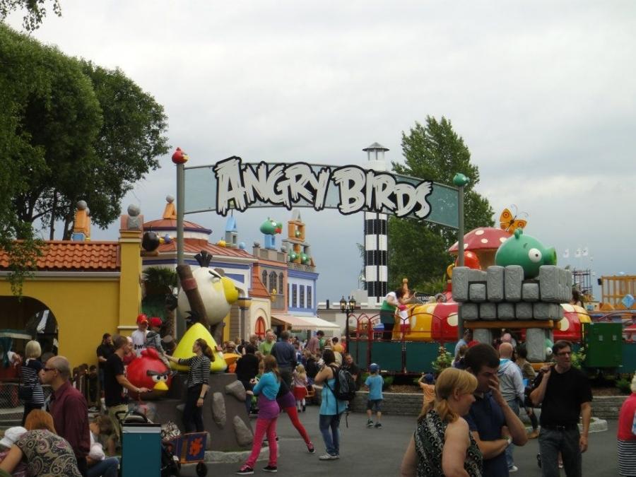 Muuta kuva Angry Birds Landista Tampereen Särkänniemestä. Seuraavassa kuvassa ilmakuva missä siis kuvattuna vain tuo ABL eli aikalailla isosta kokonaisuudesta on kyse.