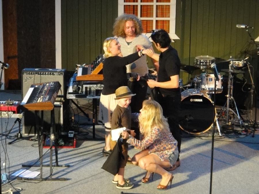 Ja hienon avauskeikan jälkeen tapahtuman taiteellinen johtaja Mari Kaasinen kiitti Heliä ja bändiä pienen poikansa kanssa. Monttu siis soi jälleen...