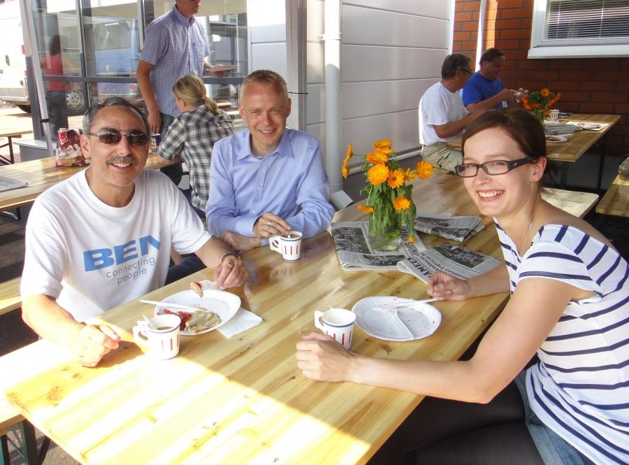 Ja tässä sitten Benkun kanssa lettukahvilla. Ja kahvikaverina entinen eduskunta-avustajani ja Lopen kokoomuksen sihteeri Tiina Seppälä. Ja kahvit tottakai Lopen Yrittäjien teltalla ja letut Kirkonkylän koulun 6-luokan puffetista.