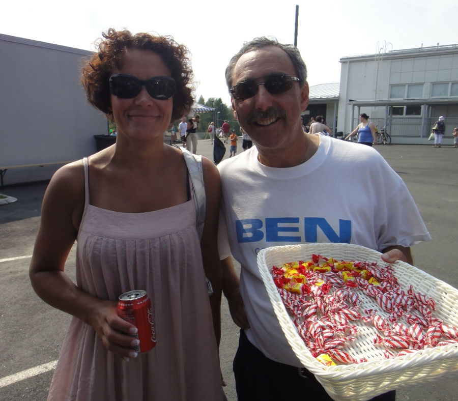 Ja tällainenkin :) Tässä kunnajohtajamme Karoliina Viitanen Ben Zyskowiczin kanssa helteisillä markkinoilla.