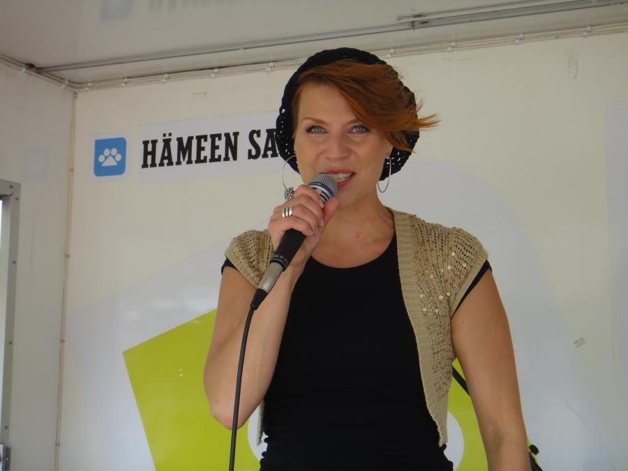 Ja kun tapahtuma oli osa myös Hämeen Sanomien Kesäkiertuetta niin pääsimme nauttimaan myös Heidi Kyrön musiikista.