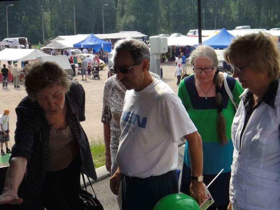 Ja Lopen Seniorit Maija-Leena Rajaojan johdolla esittelemässä toimintaansa Ben Zyskowiczille.