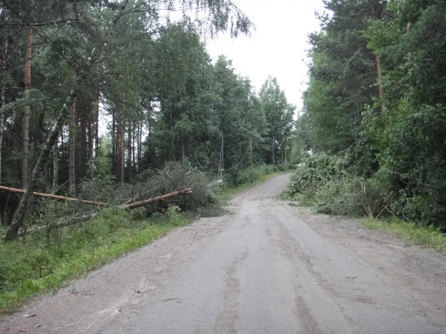 Kovasti koetteli myrsky jälleen Loppea. Tässä viime yön tuhoja joita palomiehet olivat pitkään raivanneet eri puolilla.
