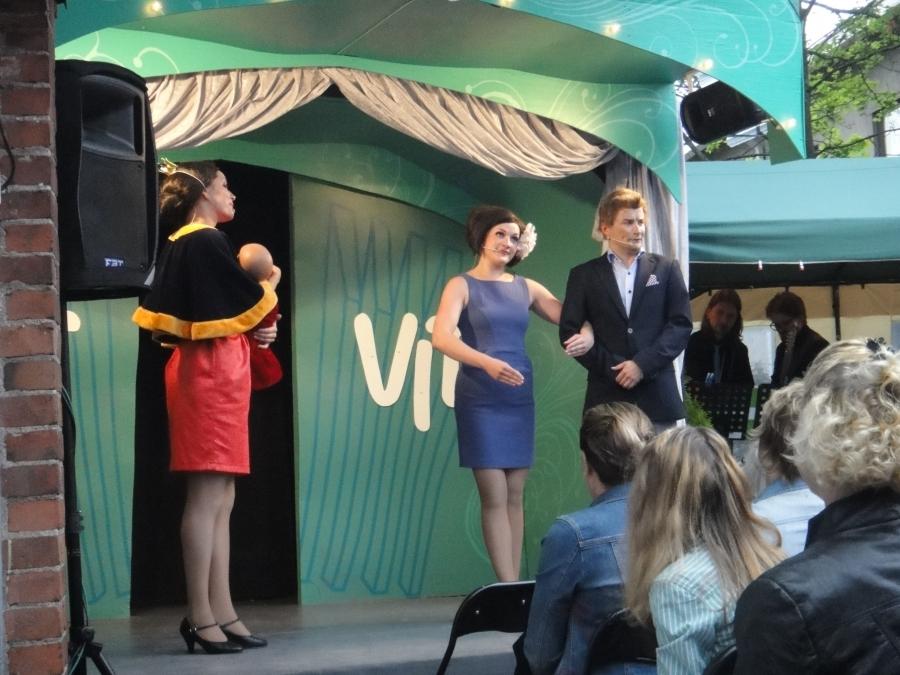 Ja sitten kuninkaallisia ja presidenttiparia. Jukka Kuronen Tasavallan Presidentti Sauli Niinistönä ja Heidi Musakka Jenni Haukiona ja vasemmalla sitten prinsessanroolin tässä vetänyt Niina Lahtinen.