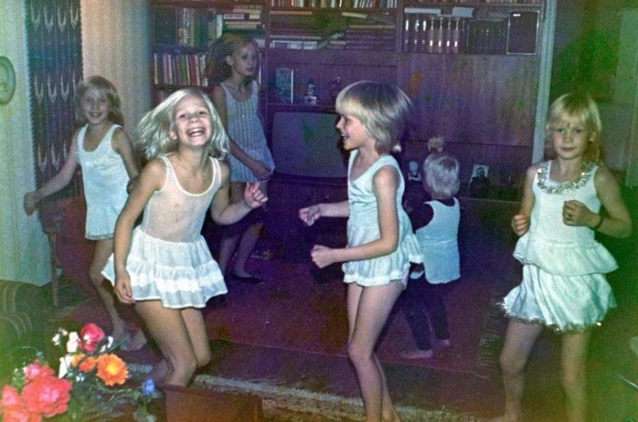 Ja tältä se meno näytti silloin :) Minä poika tuolla alakuvassa vielä vaakatasossa tanssin :) Kuva siis todennäköisesti vuodelta 1975.