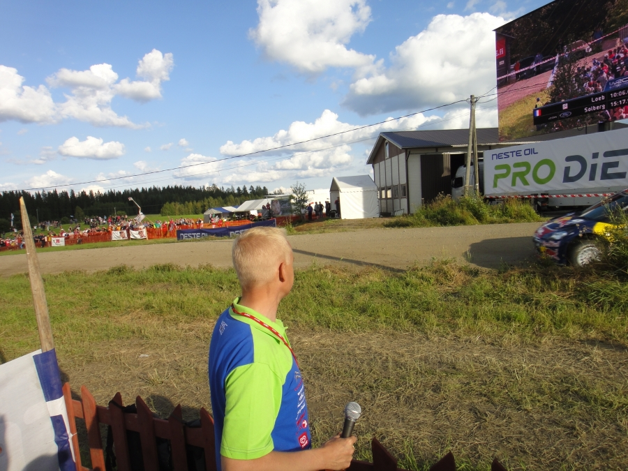 Ja siinä sitten ohitseni kurvaa rallin voittaja Sebastien Loeb Kakaristossa ja samalla yli 10 000 muun rallifanin. Huikea tunnelma.
