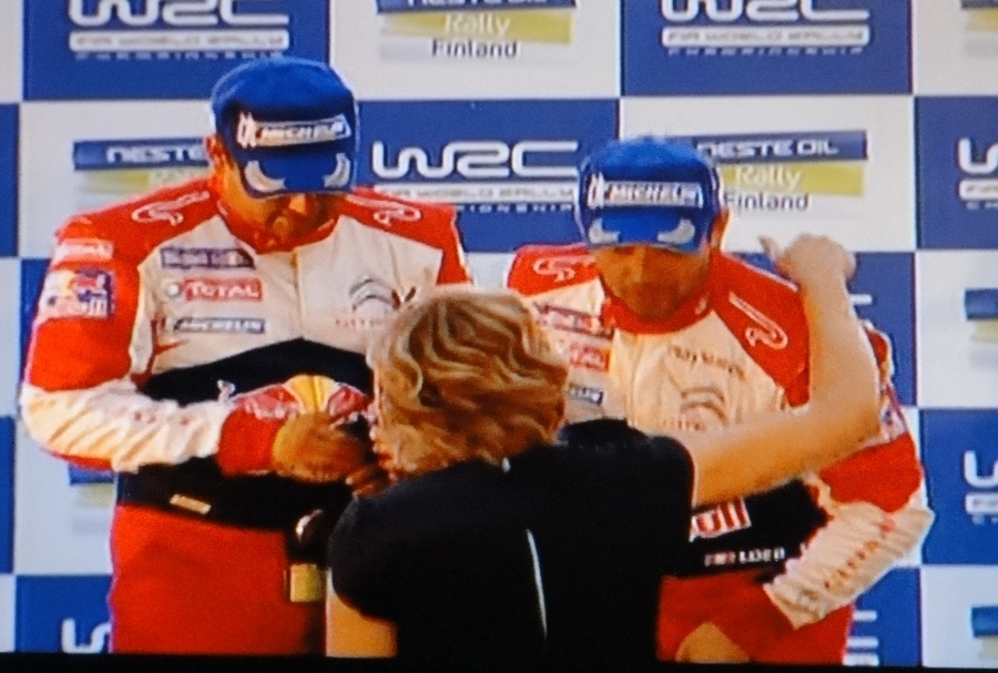 Ja ministerin halaus mestari ja voittaja Sebastien Loebille.
