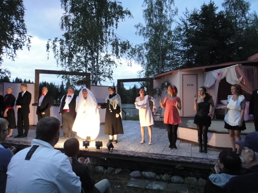 Ja hauska oli illan näytelmä Fiasko vihkipuvussa. Vielä näytöksiä jäljellä. Kurkatkaapa: Heinäsuon Näytelmäpiiri.