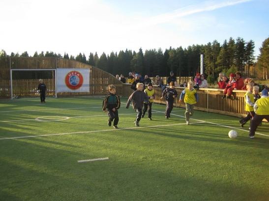 Ja tässä sitten kuva valmiista kentästä täydessä toiminnassa. Tämä kuva siis Palloliiton mainoskuvia Ässä-hankkeesta. Jos tällaista haluatte omaan kyläänne ja omalle koululle niin nyt hakuaika on vuodelle 2013 käynnissä.