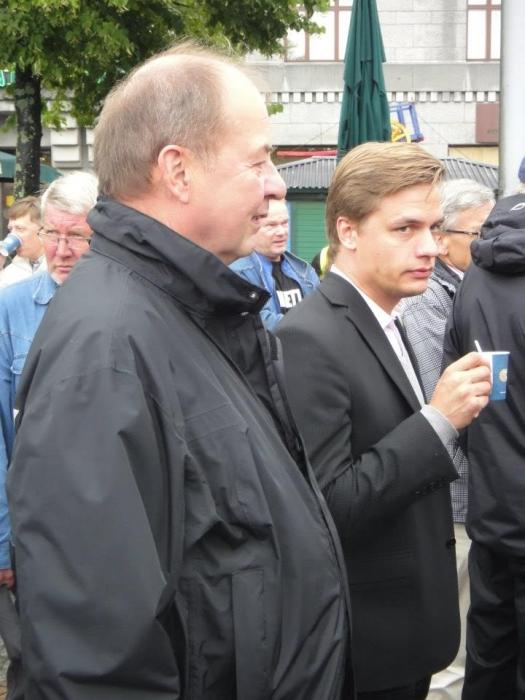 Ja ministeri Iiro Viinanen piipahti myös Kokoomuksen teltalla.