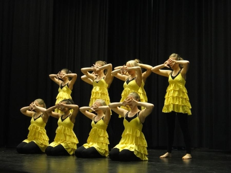 Ja tanssitervehdyksen juhlaa toivat Dance Artin tytöt.