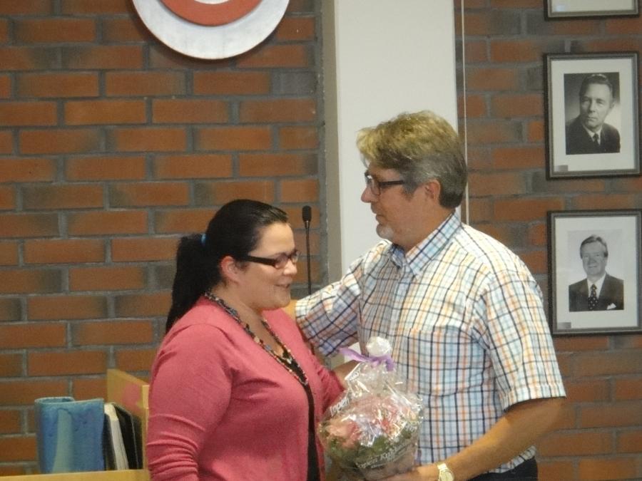 Lopen kunnanvaltuuston kokous alkoi tänään kukituksella. Valtuutettumme Anniina Nummelin oli kesätauon aikana mennyt naimisiin ja tässä valtuuston puolesta Rouva Luceniusta onnittelee valtuustomme puheenjohtaja Seppo Kuparinen. Ja onnea vielä Anniinalle ja Janille täälläkin.