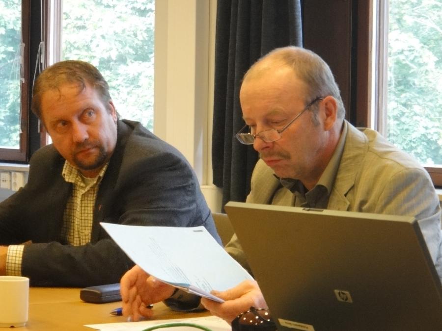 Kari Maunula ja Jarmo Laukkanen valtuustoryhmän kokouksessa.