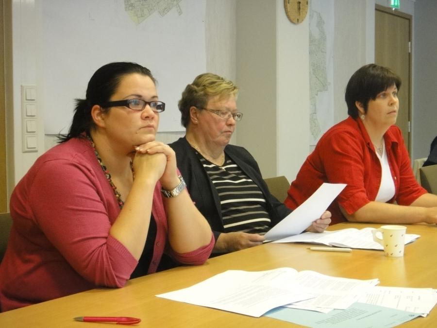 Ja Anniina Luceniuksen kanssa Sirpa Hopearuoho ja Karoliina Saari. Anniina teki tänään erinomaisen valtuustoaloitteen perusopetuksen laatukriteerien käyttöönottamiseksi Lopellakin. Koko valtuustoryhmämme allekirjoitti esityksen ja toivottavasti jo ensi vuoden alkupuolella pääsemme aiheen kanssa eteenpäin.