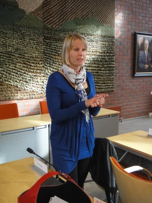 Ja tässä valtuutettumme ja kunnanhallituksen varapuheenjohtaja Saija Grönholm. Saijalla oli tänään syntymäpäivät ja valtuustoryhmän kokous alkoikin onnittelulaululla. Onnea vielä täälläkin Saijalle.