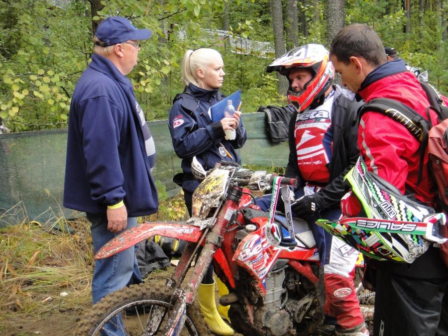 Marko Tarkkala pätkän maalissa kuulemassa väliaikoja puolisoltaan Ilona Nikanto-Tarkkalalta ja isältään Pentti Tarkkalalta ja Betan tiimiväeltä.