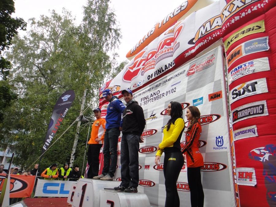 Ja päivän ainoa suomalainen palkintopallilla oli kaikkien aikojen menestynein endurokuljettaja Juha Salminen. Mutta ei Juhakaan tänä viikonloppuna saalistanut itselleen lisää osakilpailuvoittoja ja 96 MM-voiton sarakkeesta puuttuu siis edelleen nuo neljä voittoa sadan rajaan.
