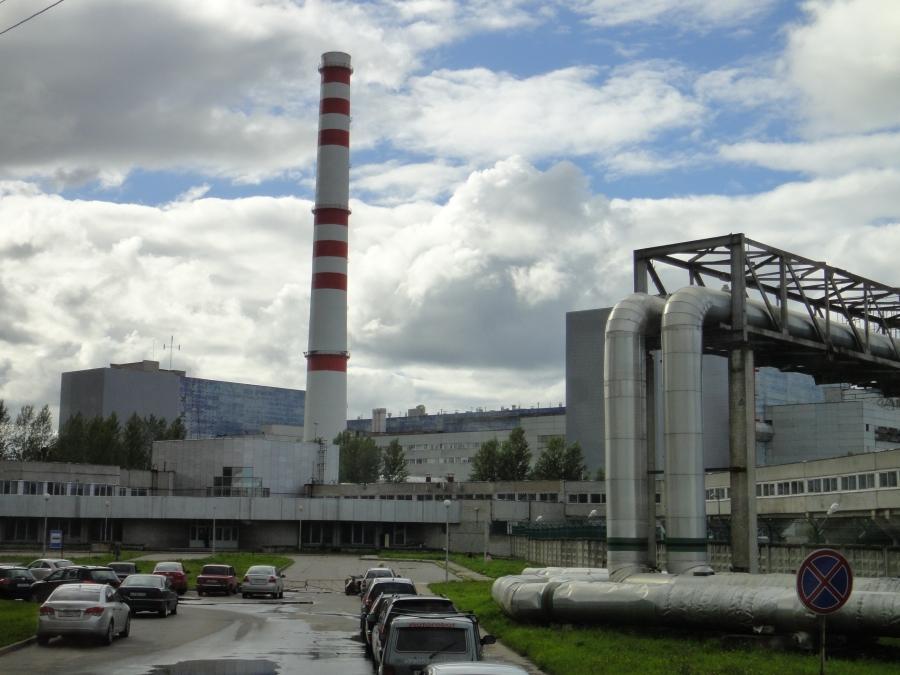 Ja tässä sitten käytössä olevan voimala. Voimala on vanhaa neuvostekoa ja ns. RBMK-reaktori. Niitä yhteensä neljä ja nyt Leningrad I ajettu alas ja valitettavasti näyttää siltä, että Venäjä ajaa sen uudelleen ylös ja käyttöön vakavista murtumista ja muista huolimatta. Yleensäkään neuvostoliittolainen RBMK (vastaava kuin Tsernobyl) tyyppinen laitos ei täytä länsimaisia turvavaatimuksia.
