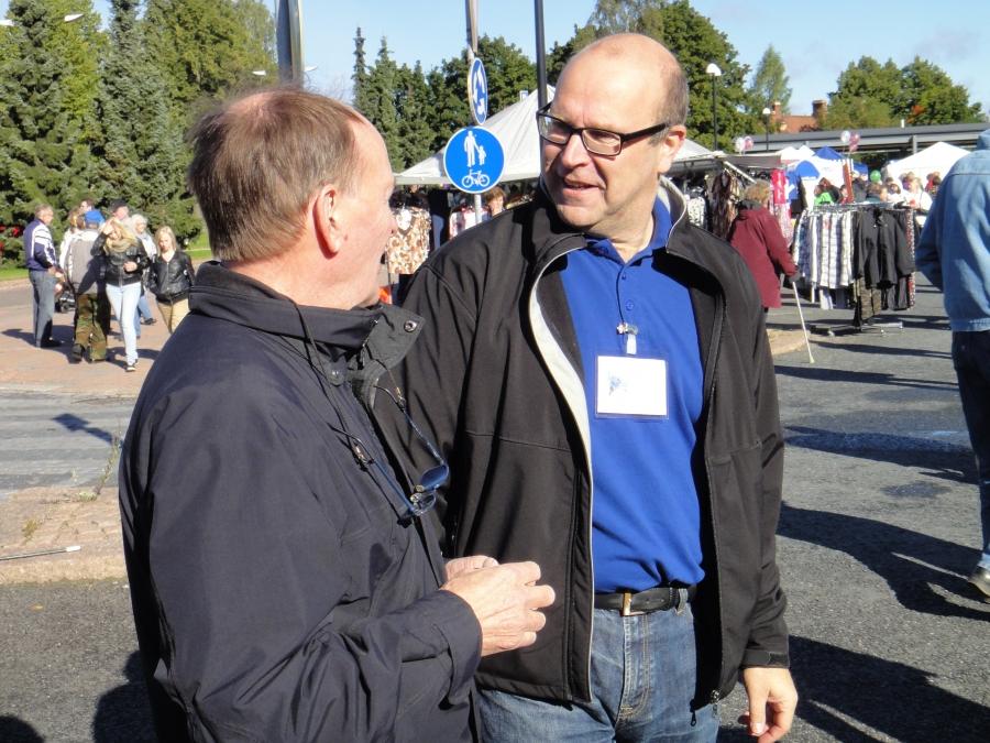 Riku Bitter ja Kalervo Viitanen vaihtamassa kuulumisia Kokoomuksen teltalla.