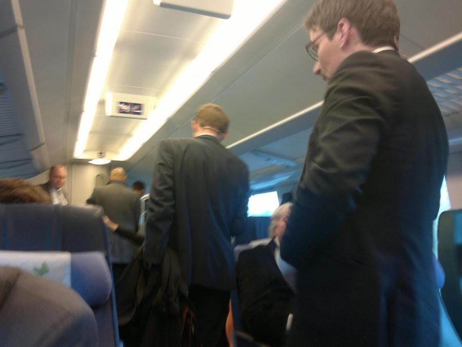 Puoluejohtajien kanssa matkasimme samalla junalla Helsingistä kyselytunnin jälkeen eteenpäin. He menivät Keravalle MTV3:n kuntavaalitenttiin ja minä siis jatkoi Lahden kautta Hollolaan.