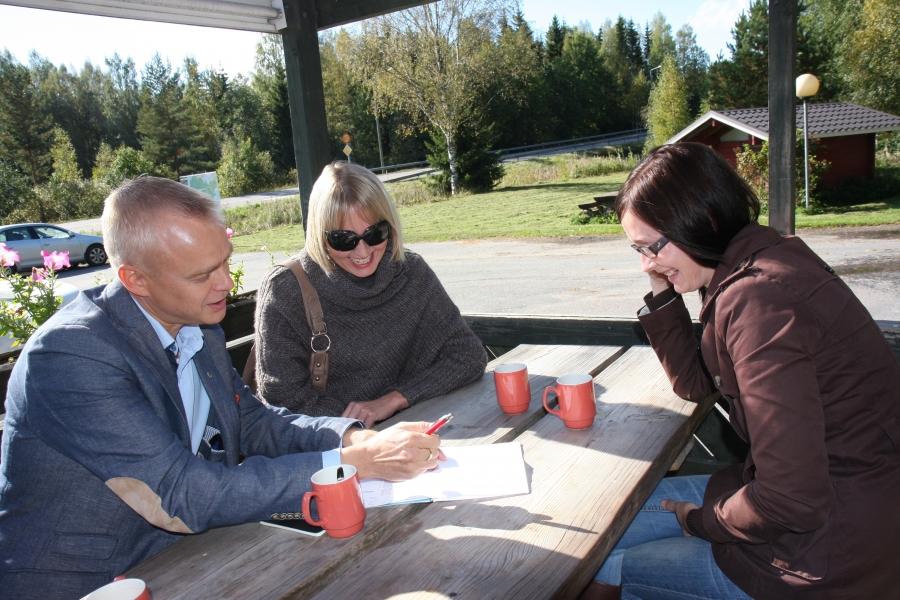 Saija Grönholmin ja Tiina Seppälän kanssa hiomassa vaalikuvioita Lopen Shellillä.