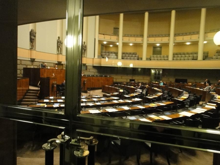 Hiljaista oli salissa illalla... Mutta hyvä keskustelu tässäkin vaiheessa saatiin käyntiin oikeusministeriön hallinnonalasta. Huomenna jatkamme sitten pääministerin puheenvuoron jälkeen aamusta ja edessä päivä kellonympäri.