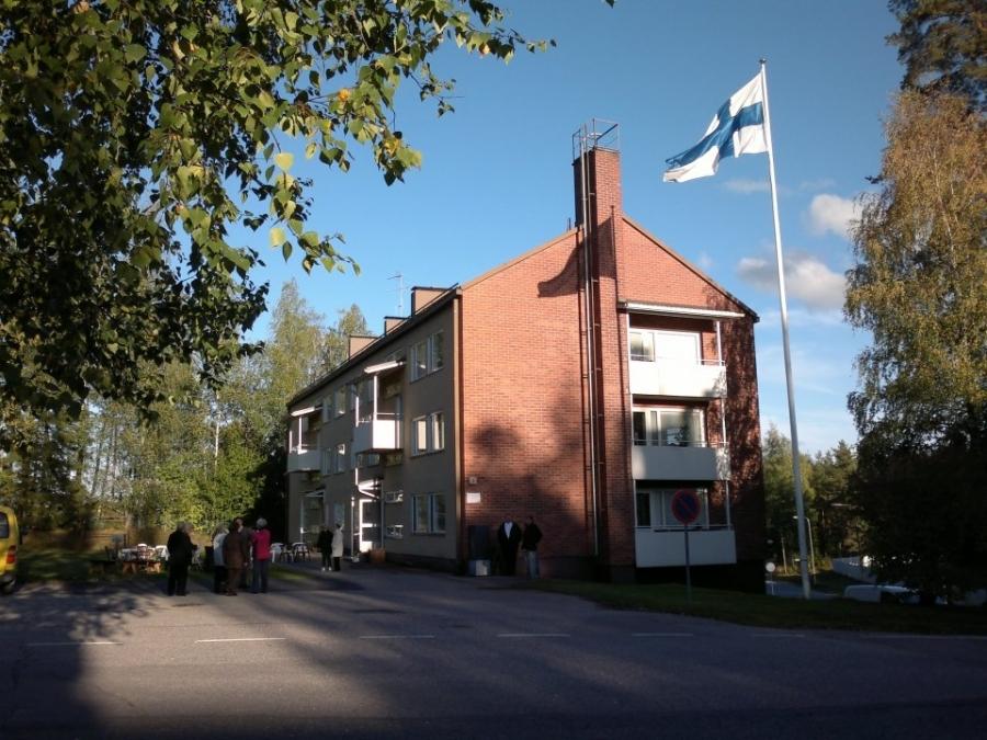Lopenlinna - Lopen ensimmäinen kerrostalo juhli tänään 50-vuotispäiviään. Minulla oli kunnia saada olla mukana juhlassa ja talonväelle veinkin lahjaksi kaksi omenapuuta kauniin pihan koristeeksi ja asukkaiden herkuksi.