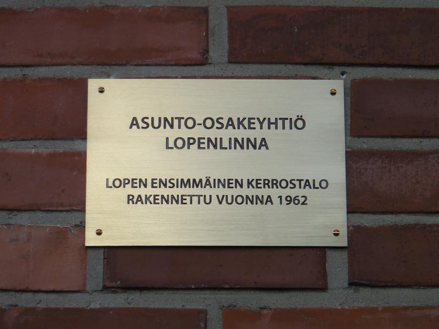 Ja tässä sitten tuo muistolaata, joka kertoo sen miten historiaa Lopella tehtii 50 vuotta sitten. Silloin Loppi kärsi kovista muuttotappioista, mutta silloinkaan ei Lopella annettu periksi vaan luotettiin tulevaisuuteen. Aivan niin kuin tänäänkin.