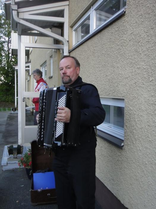 Juhlan musiikista vastasi maestro Tapio Rannanmaa. Ja kauniisti se Lopen Laulu kaikui Lopenlinnan pihamaalla talon entisten ja nykyisten asukkaiden ja naapureiden voimin.