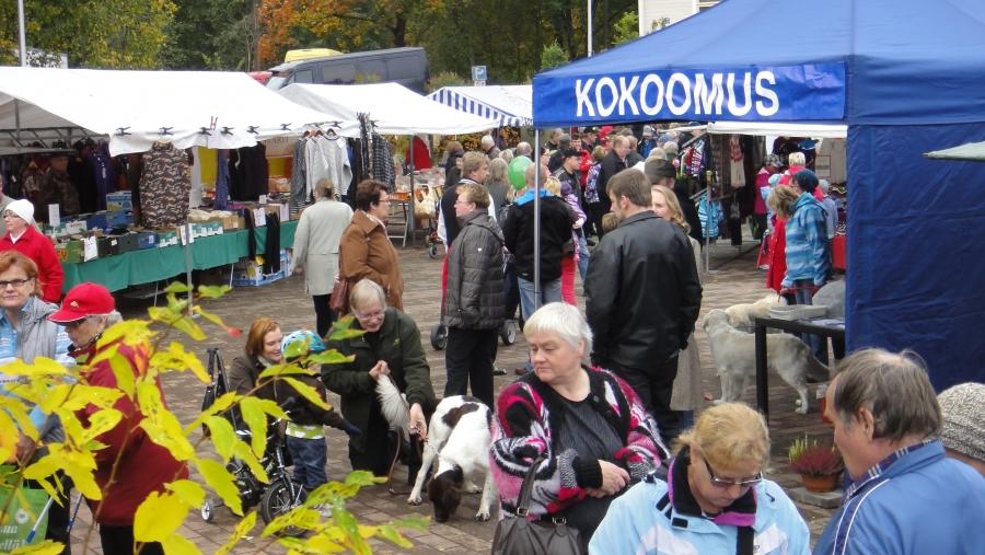 Kokoomus Kuuntelee -lauantaina Lopella Maalaismarkkinoilla ja Riihimäen Kahvila Korvan avajaisissa 29.9.2012.