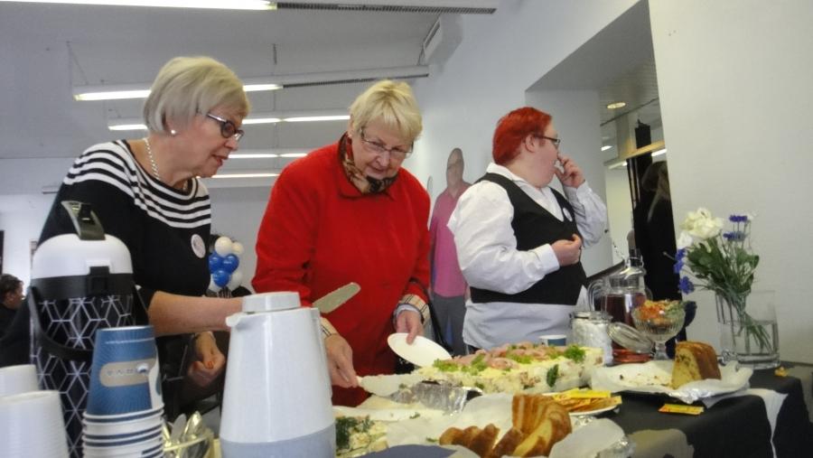 Ja Marja Tarkkonen piti naisten kanssa huolta, että Korva Kahvilan tarjoilupöytä oli kunnossa ja herkkuja riitti kaikille.