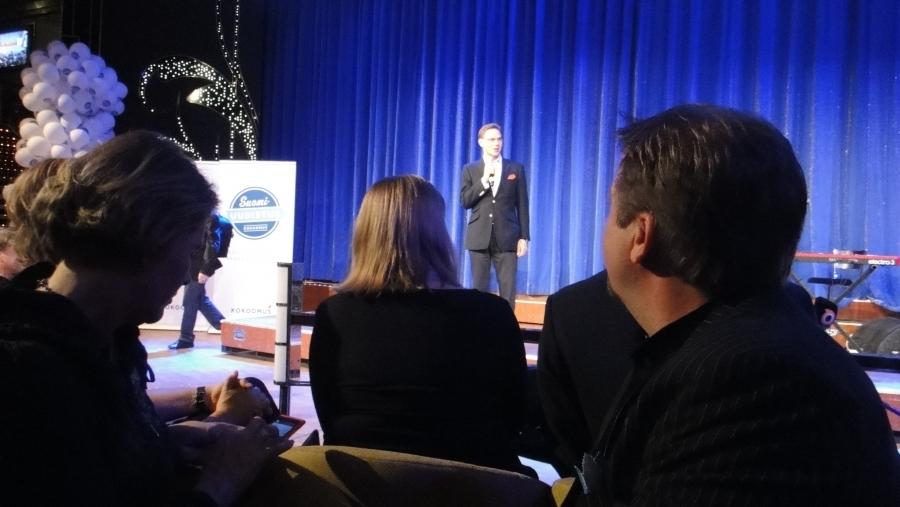 Lopen valtuutettu ja Lopen yrittäjien puheenjohtaja Jarmo Laukkanen kuuntelemassa oikealla Jyrki Kataisen linjapuhetta yhdessä puoluesihteri Taru Tujusen ja kuntaministeri Henna Virkkusen kanssa.