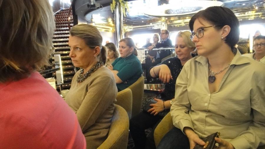 Ja puhetta kuuntelemassa niin puoluesihteerimme Taru Tujunen kuin Henna Virkkunen, Lenita Toivikka ja edessä oikealla istuva Hollolan kunnallisvaaliehdokkaamme Kristiina Hämäläinen.