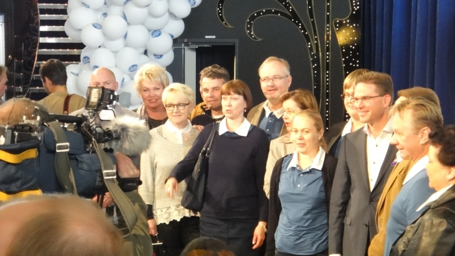 Ja tässä yksi kuntavaalijoukkue Jyrki Kataisen kanssa yhteiskuvassa.