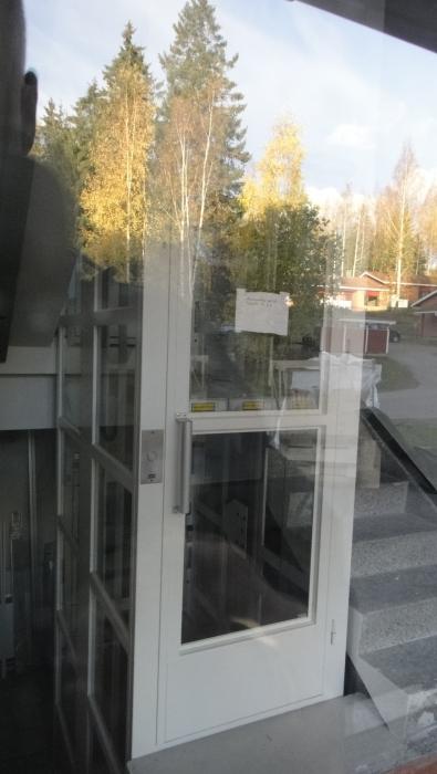Ja tässä uusi hissi Lopelta. Viertolankulma vuokrataloyhtiömme suurin kerrostalo 70-luvun lopulta saa nyt uuden elämän hissitalona ja täysin remontoituna talona. Tarkoitus niin, että taloon pääseen muuttamaan vielä ns. jouluksi omaan kotiin periaatteella. Hieno talo.