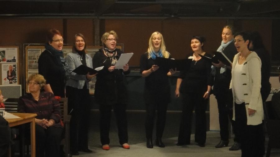 ... Timotein laulajien mukava laulutuokio. Kiitos jälleen timoteiläisille Anneli Julenin johdolla. Mukana kuorossa muuten tässä kolme kokoomuksen ehdokasta. Toinen vasemmalta Teija Lehto, hänen vieressään Riitta Joutsi-Hänninen ja oikeasta reunasta pilkottaa Anniina Lucenius.
