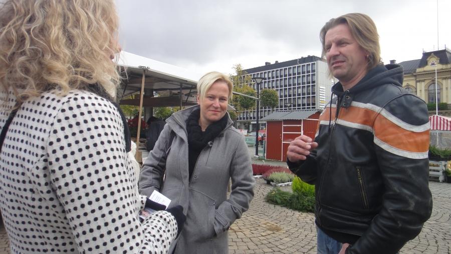 Ja tässä Kai Nihti ja Mari Parikka-Nihti jututtamassa ehdokkaistamme Helena Lehkosta. Erinomainen ehdokas Helenakin. Häntäkin helppo suositella.