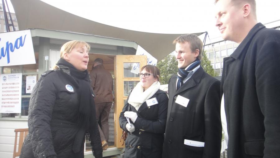 Ja sitten Hämeenlinnaan saimme myös vieraaksi puoluesihteerimme Taru Tujusen. Tarua jututtamassa ehdokkaistamme Pauliina Hirviniemi, Aleksi Hakala ja Altti Salomäki.