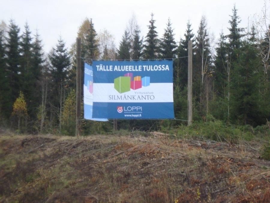 Uudet mainostaulut Silmänkannon työpaikka-alueen merkkinä kantatie 54:n varressa VT3:sen