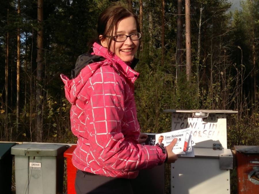 Ja tänään kolme tuntia Tiina Seppälän kanssa luukuttamassa. Tänään urakkana kolmen ehdokkaan mainostenjako Pilpalaan, Vojakkalaan, Räyskälään, Topenolle jne... Aikamoinen lenkki tehtiin ja hauska oli miten muutamien talojen asukkaan tulivat juttusillekin vaikka emme koputuskierroksella nyt olleetkaan.