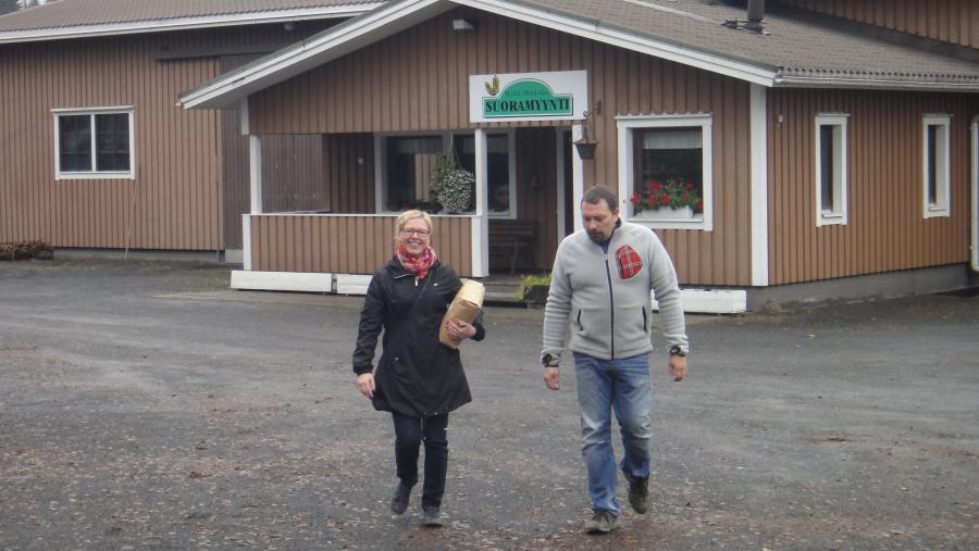 Lounaalla pysähdyimme Antti Mikkolan Suoramyyntitilalla Lopen Maakylässä. Anne ja Antti Mikkola olivat tehneet meille täydellisen lounaan ja periaatteella vain lähiruokaa. Isäntä oli siis omalta kotitilaltaan ampunyt kyyhkyjä, sen kanssa Lopen puikulaperunamuussia niin ja alkuruuaksi lähimetsän sienikeittoa. Mikkolan Suoramyynti tila on alallaan aivan ainutlaatuinen monessakin. Tässä Aino-Kaisa Pekonen kävi pikaostoksilla myymälässä ja sai matkaansa 5kg pussin tilan itsejauhamaa vehnäjauhoa.