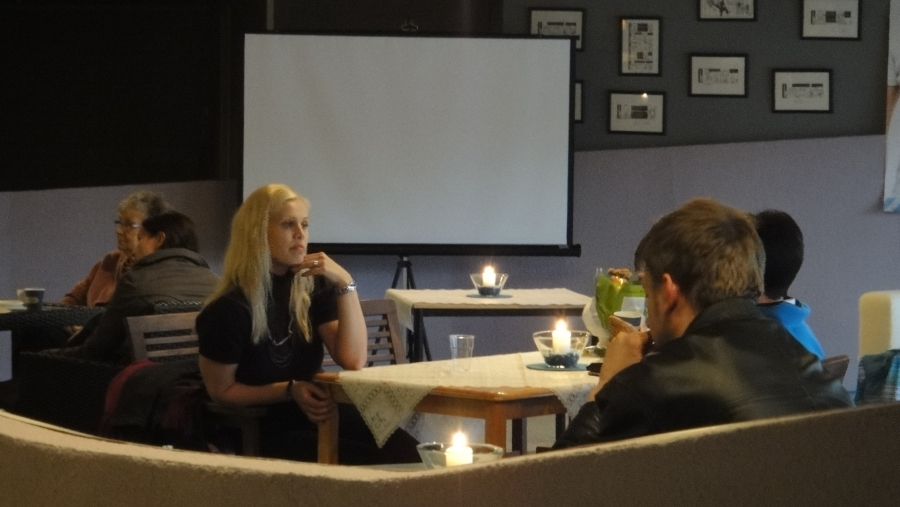 ... ja väkeä ja juttuseuraa riitti joka pöydässä koko illan. Kahvila Korva alkaa Lopellakin löytää paikkansa. Hyvä hyvä. Tässä juttelemassa ehdokkaistamme eduskunta-avustajani Riitta Joutsi-Hänninen.