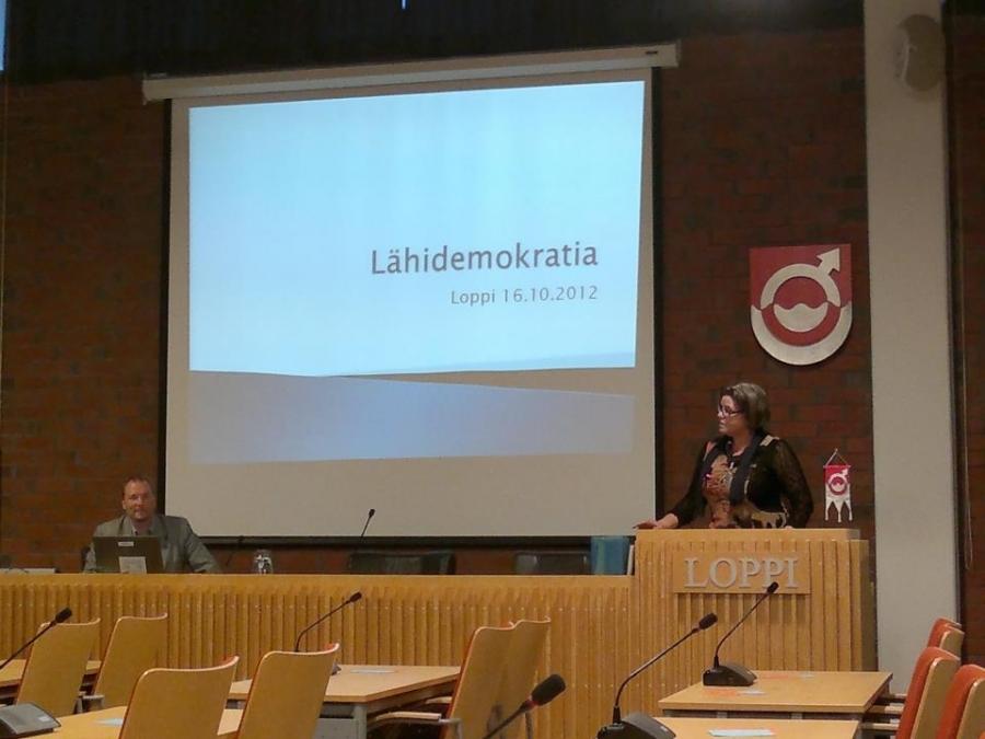 Anneli Vähätalo avasi tilaisuuden ja vilkasta keskustelua riittikin puoleksitoista tunniksi.