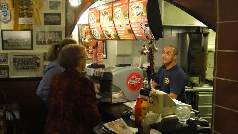 Ja Sükry Özgün tarjosi koko illan paikalletulleille maan parhaita kebabannoksia ja tottakai 100% suomalaisesta Atrian lihasta. Hyvä niin.