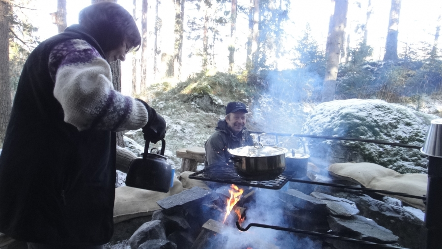 Ja Sirkku-Riitta Tarkkala ahkerana kahvia keittämässä ja Topenon oma ehdokas Kari Maunula paikalla koko hienon päivän.