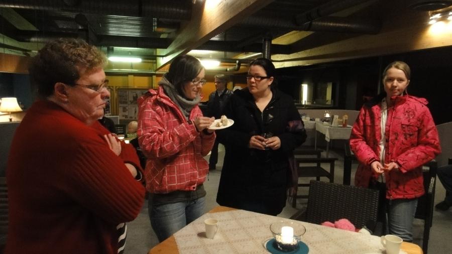 Ja hieman tunnelmakuvia Lopen Kunnallisvaalien kiitoskahveilta 31.10.2012. Iltapäivän ja illan aikana kakkukahvilla kävi yhteensä lähes sata vierasta Kahvila Korvassa. Nyt Kahvila Korva kiittää ja sulkee ovensa avautuakseen taas joskus :)