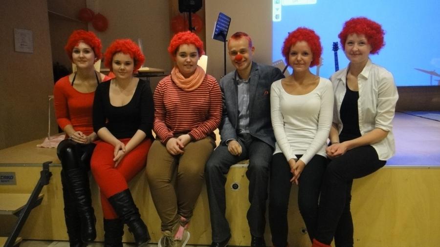 Lopen Lukio haastoi minut mukaan Nenäpäivään 2.11.2012 ja haaste oli punainen pää... Uskaltakaa heittäytyä ja riemumielellä edetä... Tässä lukion tyttöjen kanssa yhteiskuvassa ja kaikilla punaiset päät :)