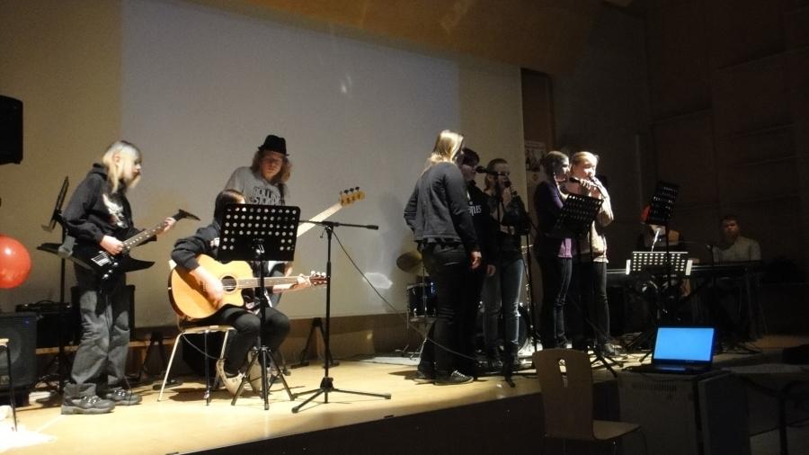 Ja lavalla kuultiin Lukiomme ykkösten bändiä. Taitavia nuoria hekin.