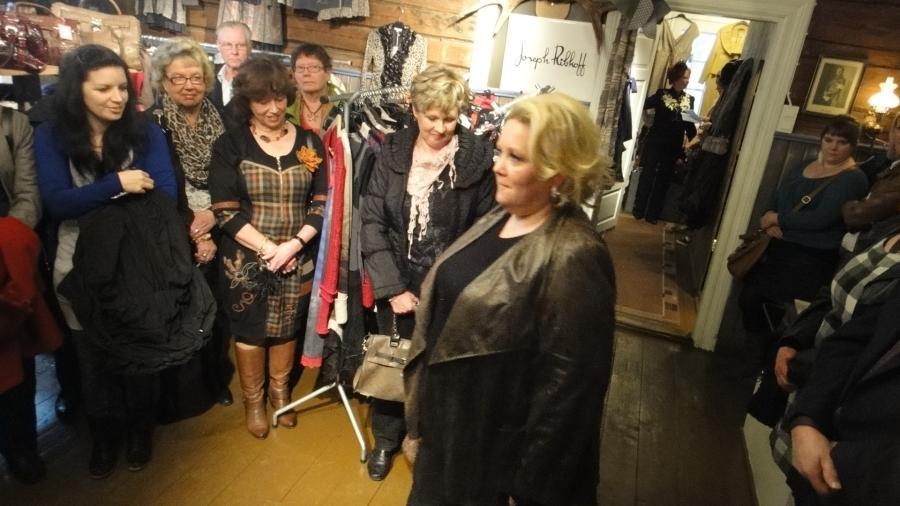 Punaisessa Tuvassa tänään 4.10.2012 syksyn ja talven muotia. Kiva tapahtuma Virpillä jälleen kerran kera Leenan ja Tommin. Kiitos jälleen.