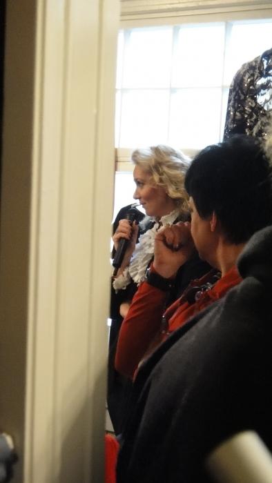 Ja tavanmukaan muotinäytöksen juonsi Leena Sarvi.